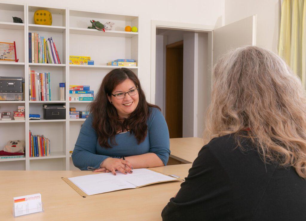 Katharina Schneider mit Kundin im Gespräch am Tisch